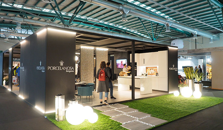 """Elegante esposizione di Porcelanosa tra soluzioni d'arredo e realtà virtuale 3D per """"entrare"""" nel progetto di casa tua."""